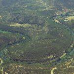 El río Cabriel meandriza espectacularmente adaptándose a la naturaleza de los materiales geológicos (foto ESTEPA).