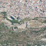 Vista aérea del castillo, del teatro romano y de la ciudad de Sagunto (foto ESTEPA).