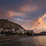 Castillo de Santa Bárbara desde la playa del Postiguet al amanecer (foto Miguel Lorenzo).